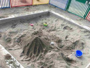 公園の砂場で作った砂山