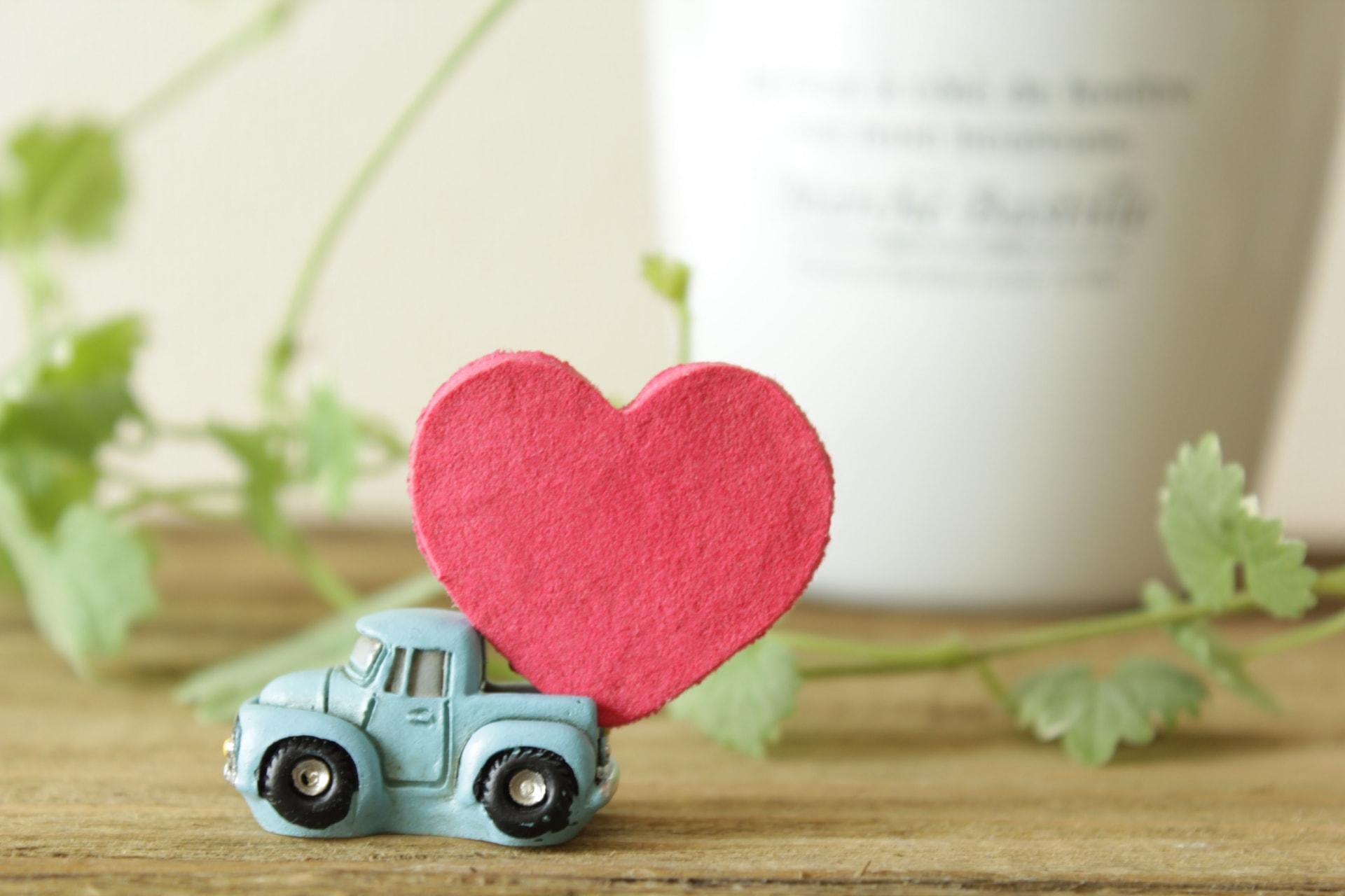 プレゼントのアートを運ぶ車のイメージ