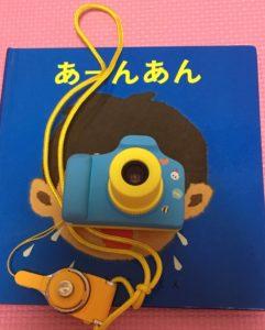 子供向けカメラVisionKidsのカメラ(大きさサイズ比較のために絵本と並べた写真)
