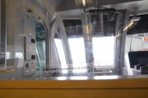 沖縄のゆいレール車内から見る運転席の様子